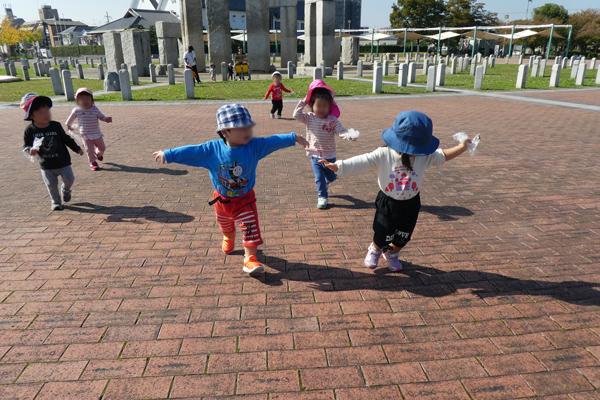 公園を駆け回って遊ぶ子どもたち