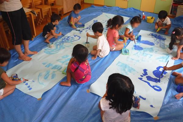 お絵描きを楽しむ子どもたち